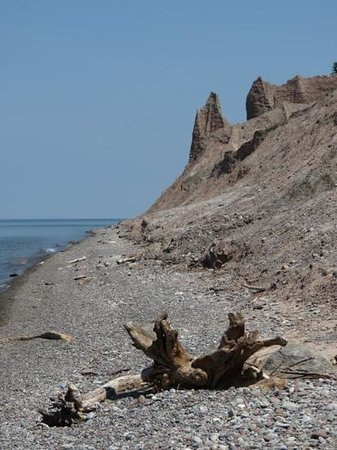 Chimney Bluffs State Park: view from the shore