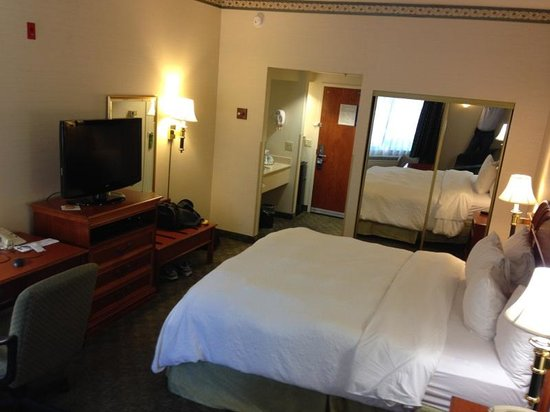 Hampton Inn San Francisco-Airport: Bedroom at different angle