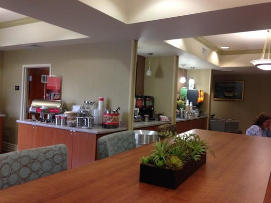 Hampton Inn San Francisco-Airport: Another angle of breakfast area