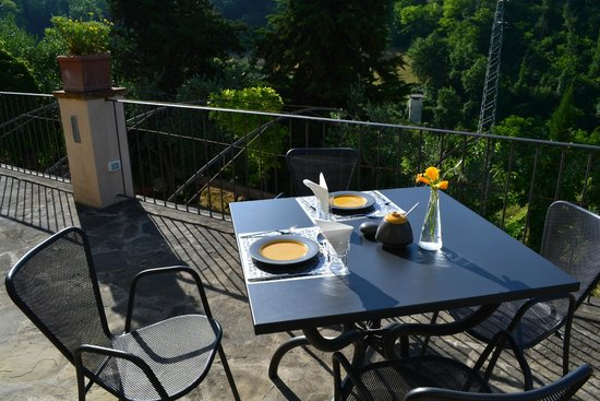 B&B Le Dimore Mezza Costa: Breakfast on the patio