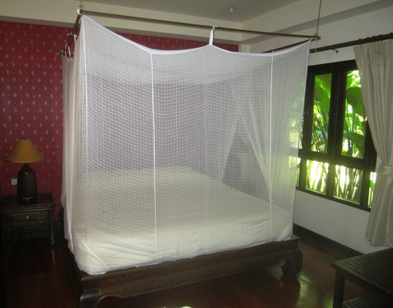 Baan Orapin Bed and Breakfast: Large king-sized bed with mosquito net
