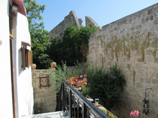 Cava d'Oro Hotel: Ancient town walls behind hotel