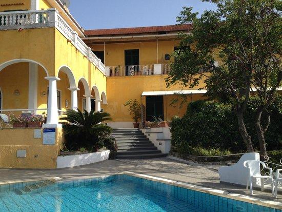 Ischia Casa della Vela: L'hôtel vu du jardin