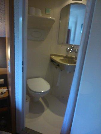 Premiere Classe Geneve - Prevessin: Cuarto de baño, parecido a las caravanas.