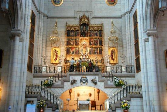 Catedral de Sta María la Real de la Almudena : The alter of Santa Maria Real de la Almudena
