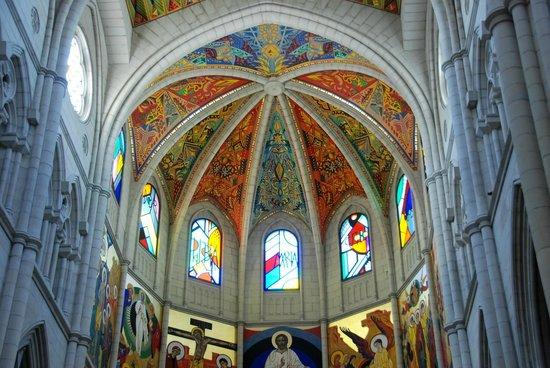 Catedral de Sta María la Real de la Almudena : The copula from the inside