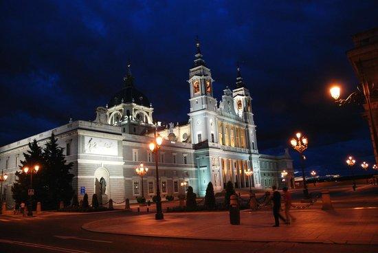 Catedral de Sta María la Real de la Almudena : Cathedral of Almudena by night