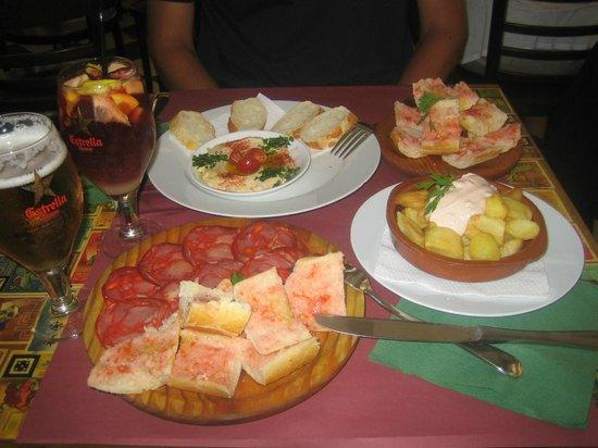 VENUS Delicatessen Barcelona: Hummus, jamon, patatas bravas, tomato bread