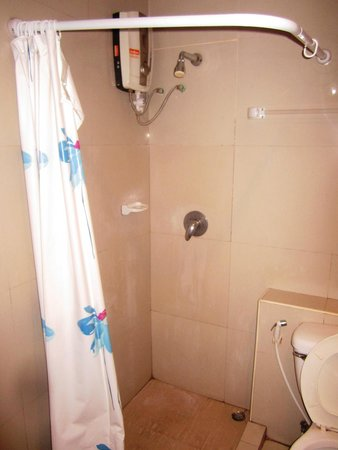 Lanna House: Shower- even with a curtain, water got on the floor