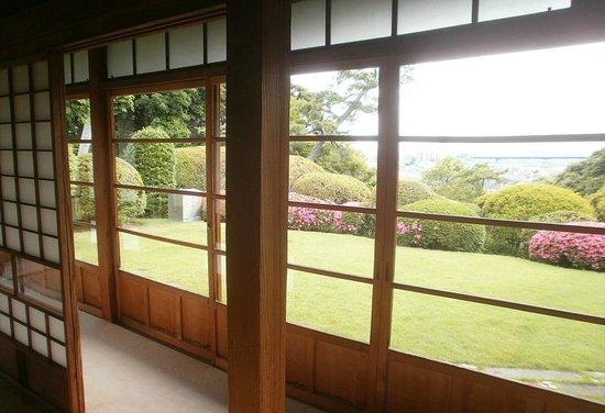 Tojo House : 室内から庭園を望む