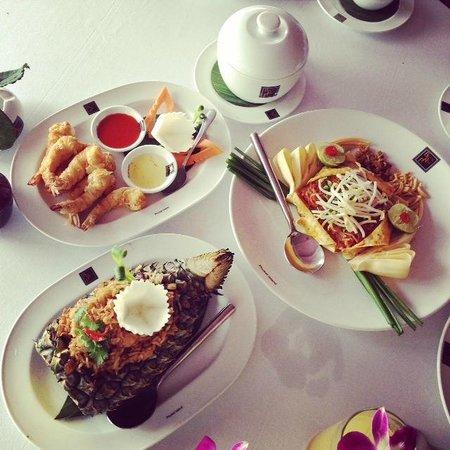 Baan Rim Pa Patong : Pineapple fried rice, Phad Thai, Fried Prawns