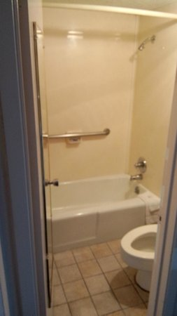 Travelers Inn: simple bathroom