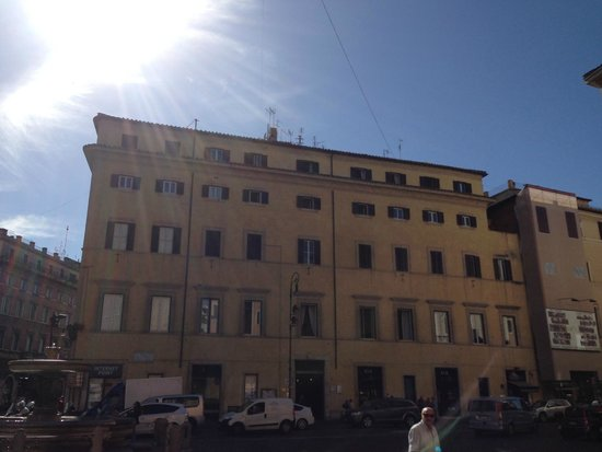 Al Centro di Roma B&B: Looking up at the B&B from a bar opposite