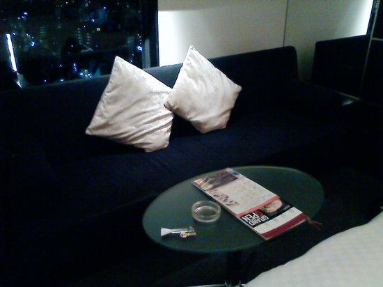 Hotel Nikko Osaka: 心斎橋の夜景を背にしてゆったりソファー