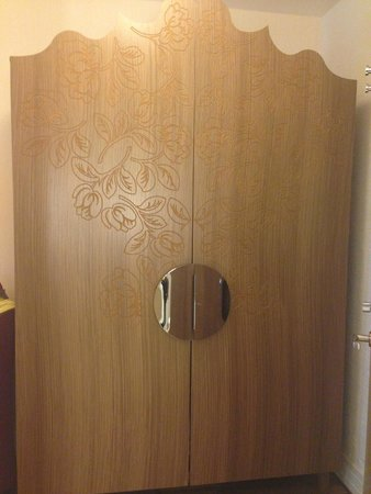 Renaissance Malmo Hotel: Armoire with safe