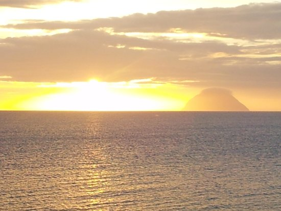 Bennane Shore Holiday Park: Sunset view of Ailsa Craig from the Lodge