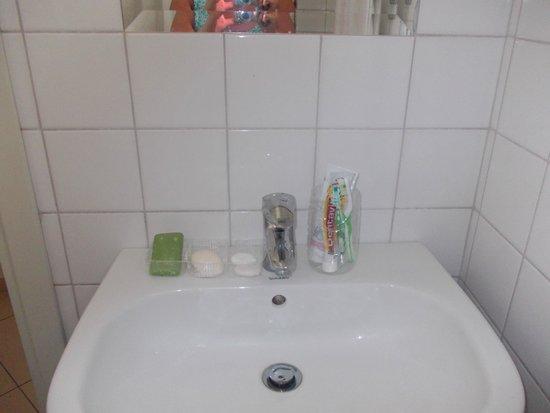 Hanioti Village Resort: удобства в ванной комнате.
