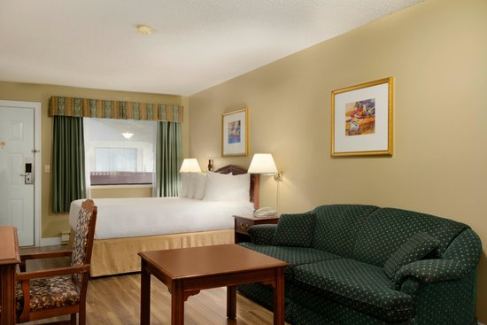 Days Inn Vernon: A room with one queen mini kitchenette