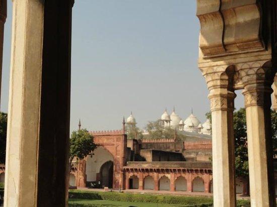 Fort rouge d'Āgrā : La Mezquita desde los arcos.