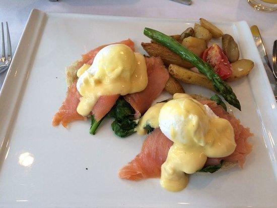 PULLMAN Miami Airport hotel: Café da Manhã: Opção de uma espécie de sanduíche de salmão defumado com ovos + café + leite.