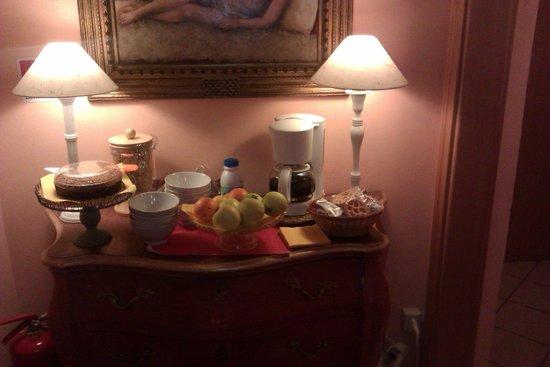 Residenza Manzoni: Bizcocho, galletas, café, fruta ... disponible en el pasillo