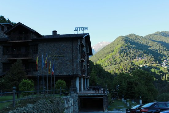 Abba Xalet Suites Hotel : View of the hotel and mountains behind