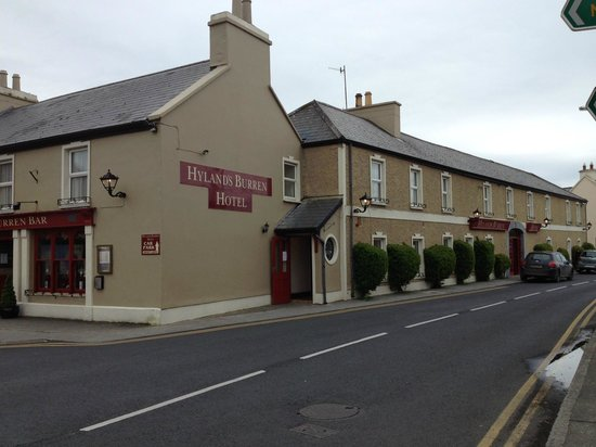Hylands Burren Hotel: right on the main corner in town
