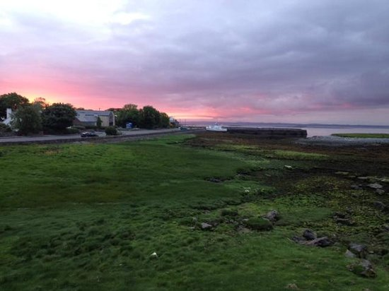 Hylands Burren Hotel: sunset over the bay at 10 PM!