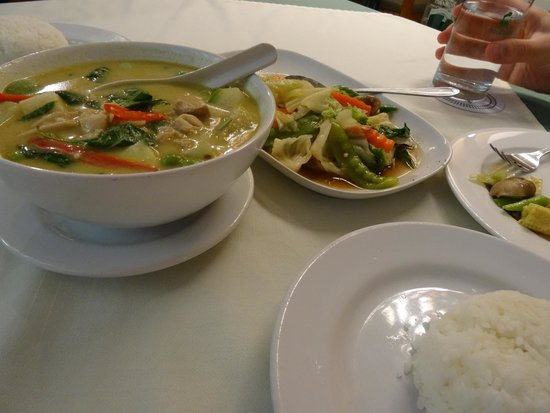 Rosabieng Restaurant: Green curry and steamed vegetables.