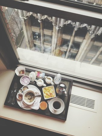 Omni William Penn Hotel: Breakfast in my Window Seat