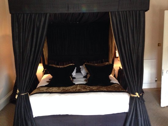 Hotel du Vin at One Devonshire Gardens: Lovely four poster bed in townhouse suite!