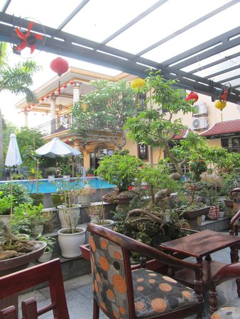 Huy Hoang Garden Hotel : Looking at the pool area from the breakfasting tables