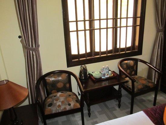 Huy Hoang Garden Hotel : Good solid room furniture