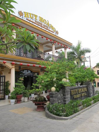 Huy Hoang Garden Hotel : Hotel from the road