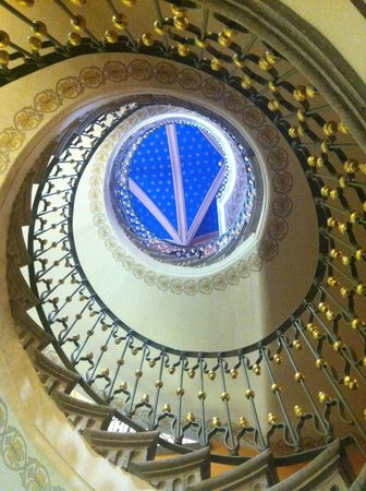 Hotel Museo Palacio De San Agustin: escaleras en caracol vista desde abajo