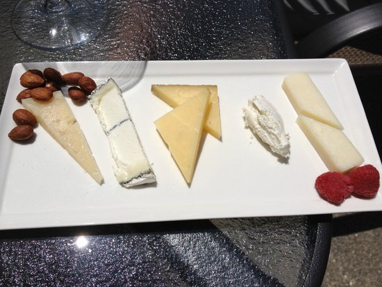 Dutton Goldfield Winery: Cheese selections