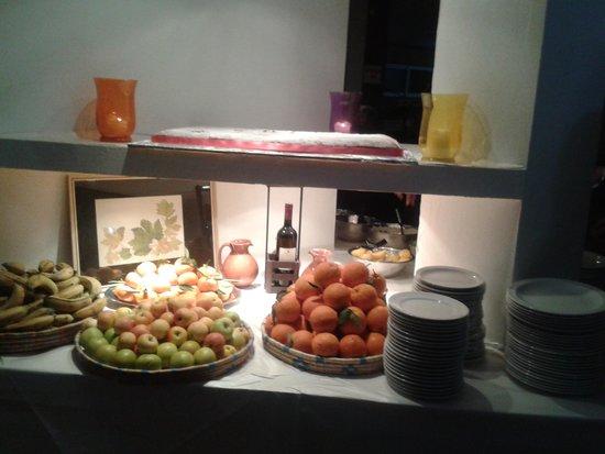 Hondros: buffet area