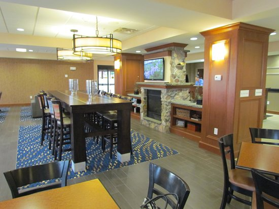 Hampton Inn Watertown: Breakfast area and lounge