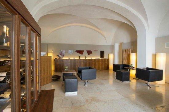 Hotel Convent de la Missio: salón - cava de vinos