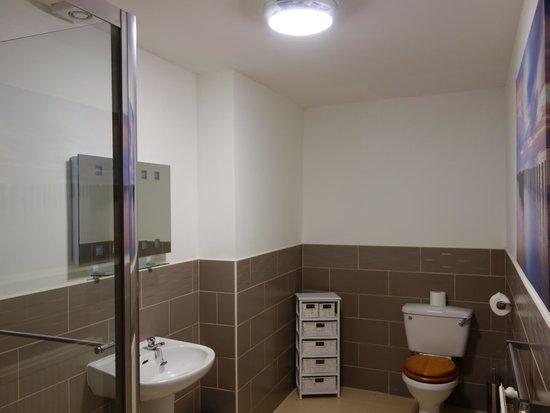 Bay Court: Room 6 Shower En suite