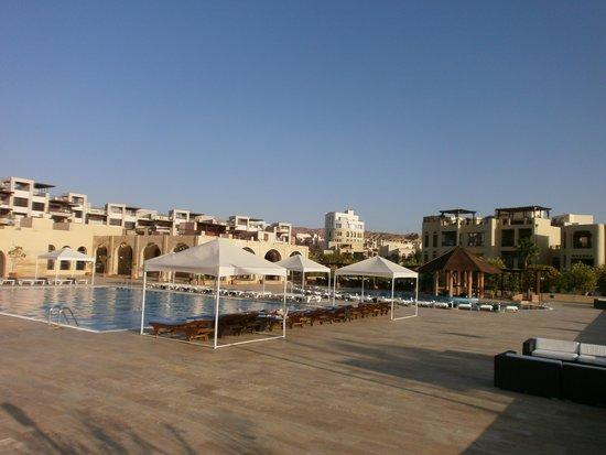 Marina Plaza Hotel Tala Bay : Rannan allasalueelta