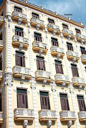 Place Vieille (Plaza Vieja) : One sample of a renovated buildings in the square