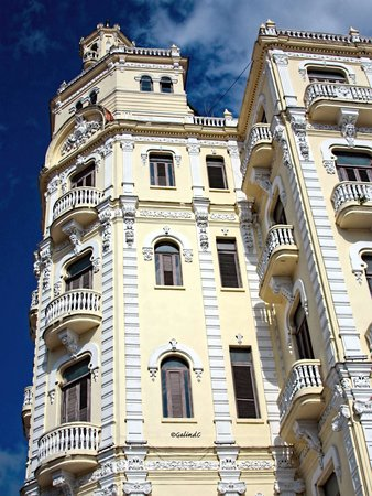 Place Vieille (Plaza Vieja) : Another view of this beautiful building
