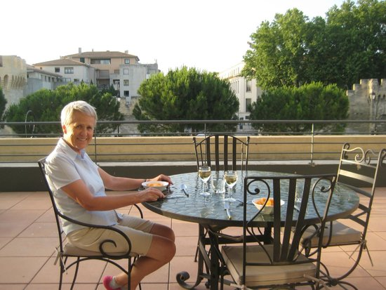 Thames Residence Hotel: Dining on the terrace outside our apartment