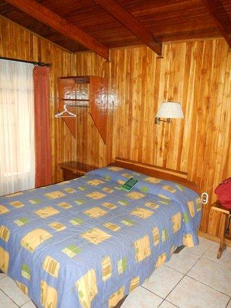 Los Pinos - Cabanas y Jardines: Queen bed in the bedroom