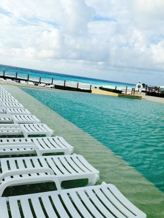 Grand Park Royal Cancun Caribe: quiet pool