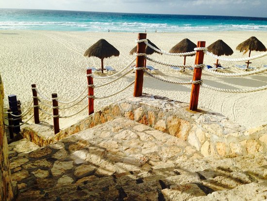 Grand Park Royal Cancun Caribe: steep uneven steps down to beach