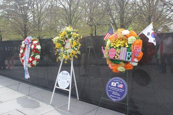 Monumento a los veteranos de la Guerra de Korea: floral tributes from South Koreans, Korean War Veterans Memorial, April 2014
