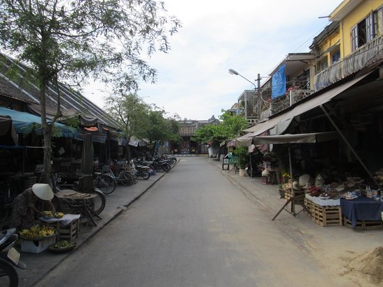 Hoi An Ancient Town: Road around the market area