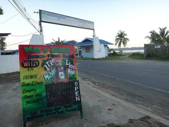 Hostal Mar e Iguana: Entrada al hostel